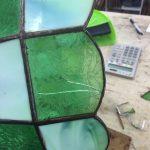 ステンドグラスランプシェードの修理風景