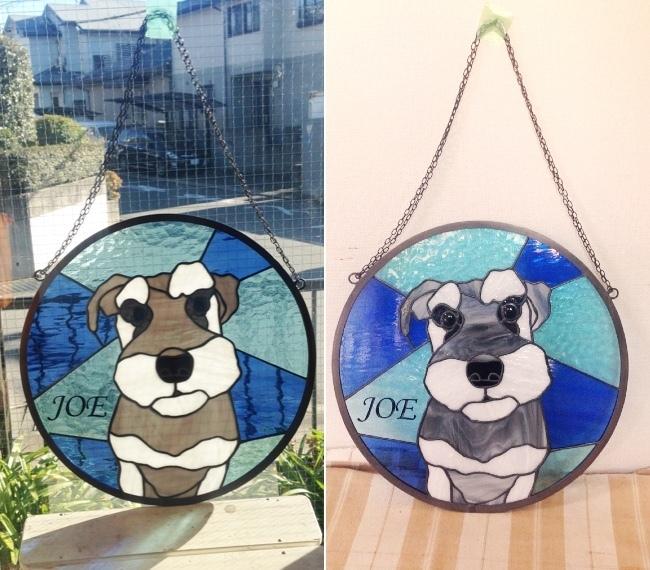 ステンドグラスの犬のパネル