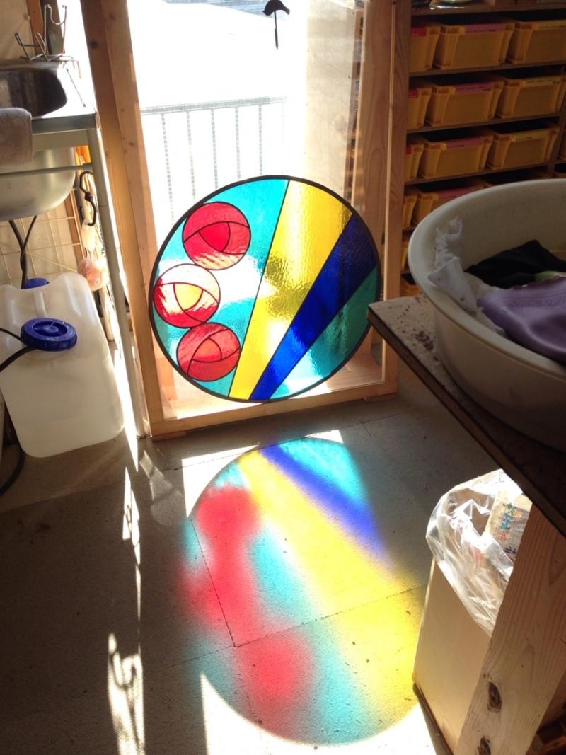 丸窓のステンドグラス