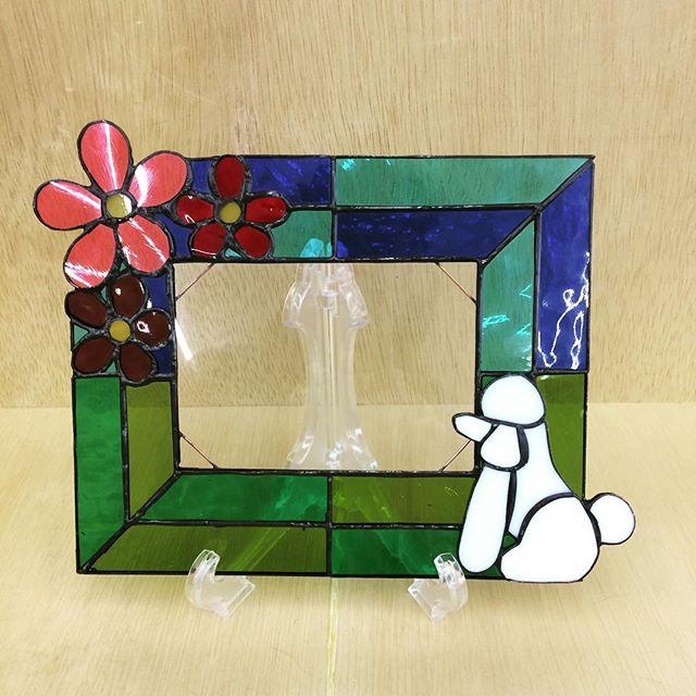 生徒さんの作品。プードルとお花の写真立て。