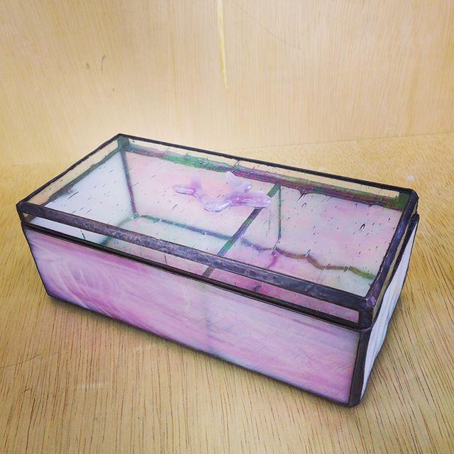 生徒さんの作品。小物入れ。ガラスを溶かして作った珊瑚ね飾り付き。