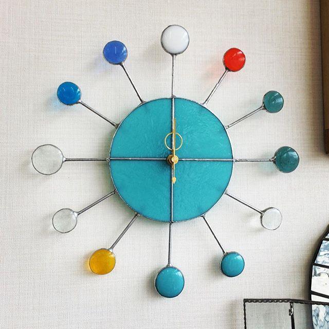 生徒さんの作品。丸い時計。周りに付いている丸いガラスは焼いてぷっくりしてます。
