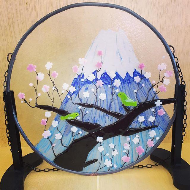 生徒さんの作品。梅と富士山の壁掛け。梅の木とメジロはフュージングで、富士山はガラスの裏に絵付けしてあります。