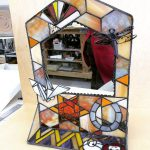 生徒さんの作品。置き型の鏡。横のガラスにもサンドブラストでデザインが彫り込んであります。