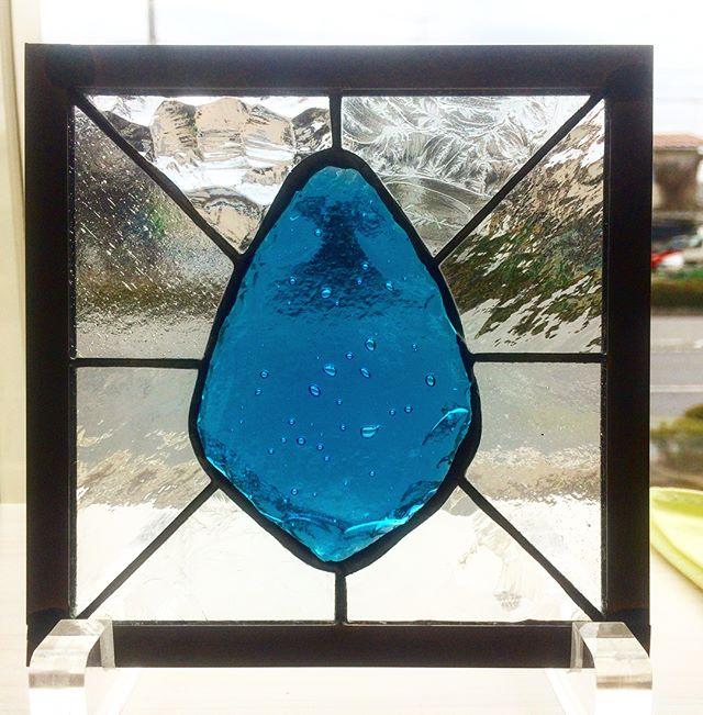 雫のパネル。雫のガラスは色を重ねて溶かして作りました。ブルーウォーターみたいでキレイです