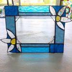 生徒さんの作品。透明の花が印象的な写真たて。