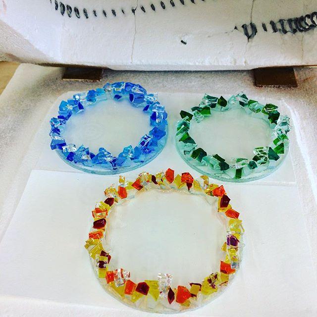 ガラスの粒を丸く切ったガラスの縁にモリモリ。電気窯でフュージングしてます。#フュージング #ガラス工芸 #小皿