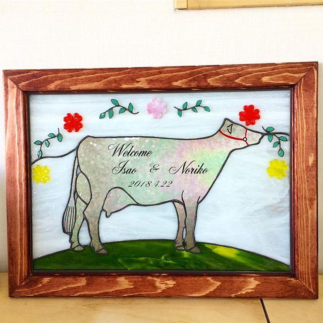注文品の牛のウェルカムボード。花と葉っぱはガラスの上に接着してます。#ステンドグラス #ウェルカムボード #牛