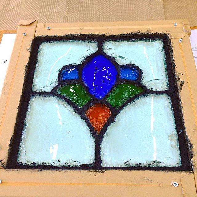 ダル・ド・ヴェールのパネル。表面のエポキシ樹脂(砂とエポキシ樹脂を混ぜた物)をガラスの間に詰めた所。黒い線の部分がエポキシ樹脂。一晩置いて、固まったら裏面も樹脂を詰めていきます。#ダルドヴェール #ガラス工芸 #製作風景