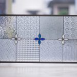シンプルな小花のステンドグラスパネル